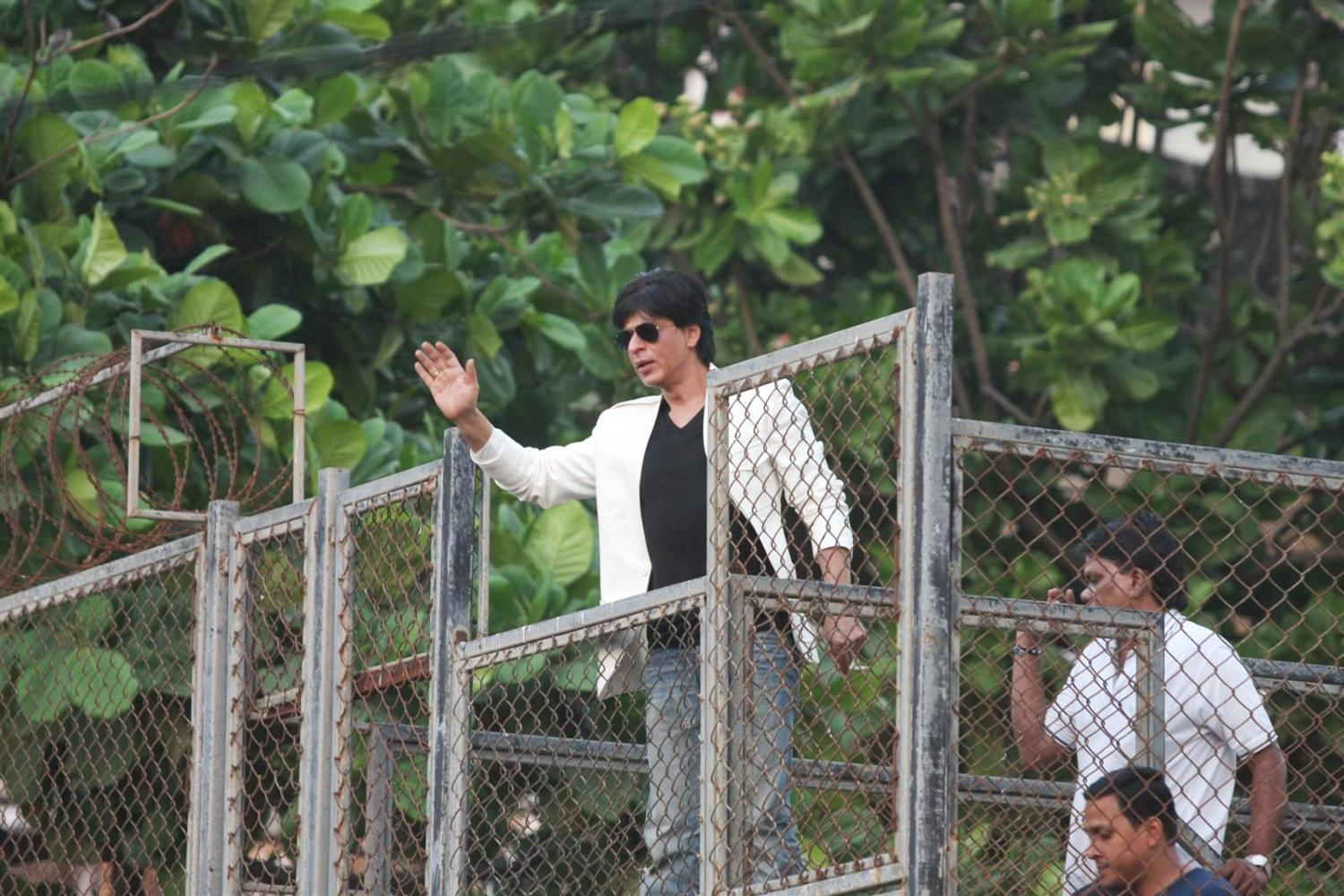 SRK Interacting With His Fans On His 47th Birthday From His Villa