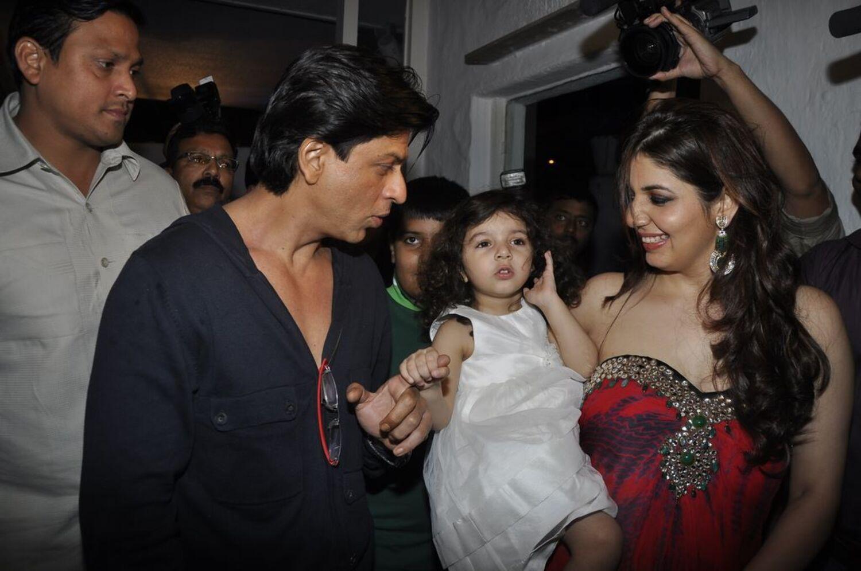 shah rukh khan with manisha ratnani and her daughter