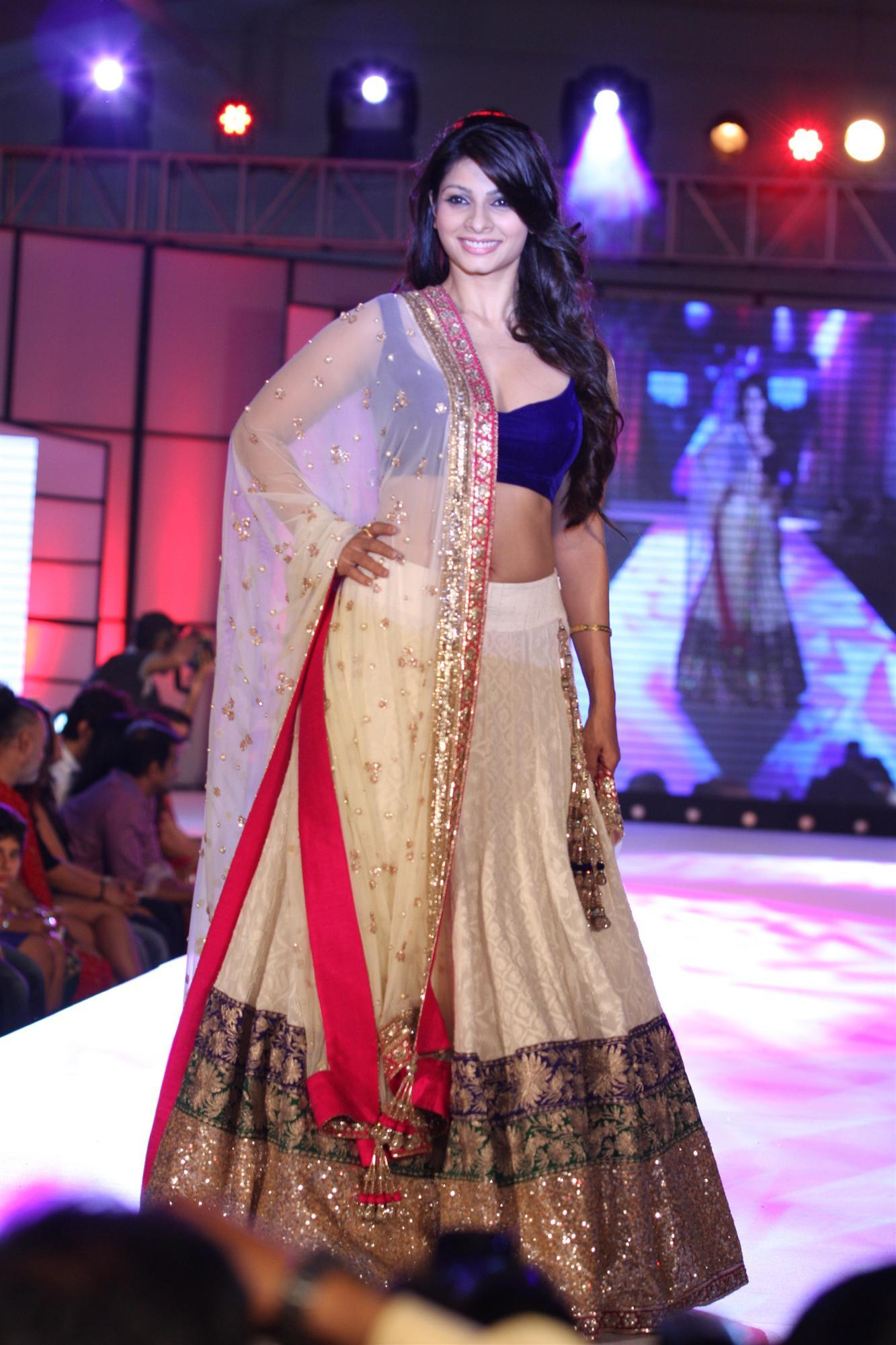 Tanisha Mukherji Walking The Ramp At Pidilite S 7th Annual Caring With Style Fashion Show To