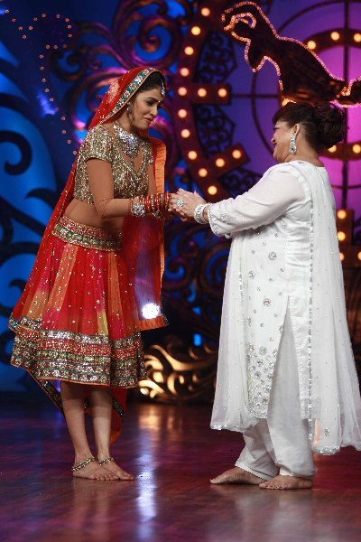 Genelia DSouza with choreographer Saroj Khan on shooting sets of dance reality show Nachle Ve at RK Studios in Mumbai  2