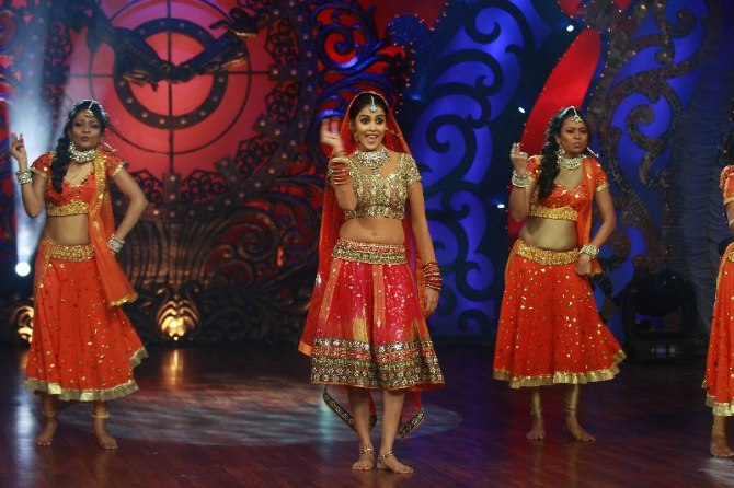 Actress Genelia DSouza dancing on shooting sets of dance reality show Nachle Ve at RK Studios in Mumbai  5