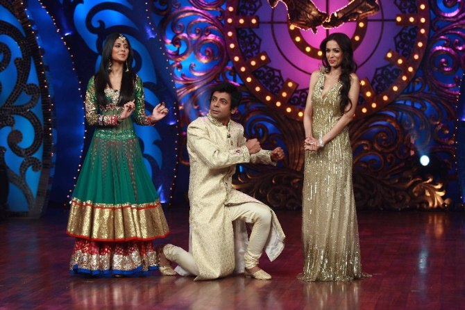 Comedian Sunil Grover showing dance steps to Jennifer Winget Malaika Arora Khan on shooting sets of dance reality show Nachle Ve  2