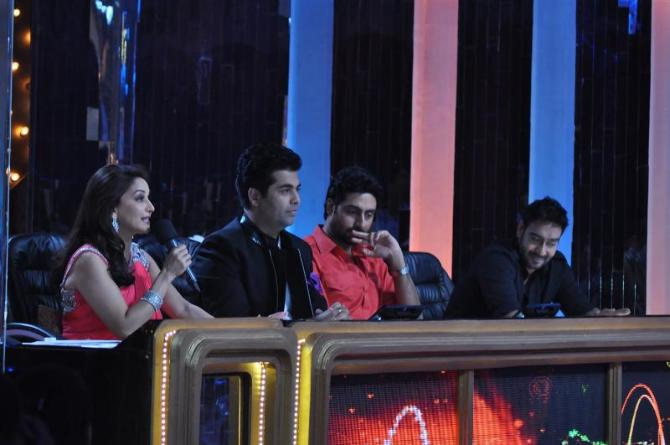 Ajay Devgn Madhuri Dixit Nene Abhishek Bachchan Karan Johar on the sets of JHALAK DIKHHLA JAA Season 5 for film BOL BACHCHAN promotions 1