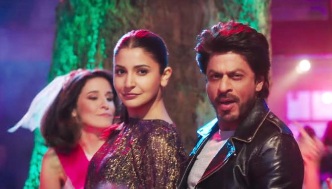 Anushka Sharma and Shah Rukh Khan Jab Harry Met Sejal Movie Song Stills  14