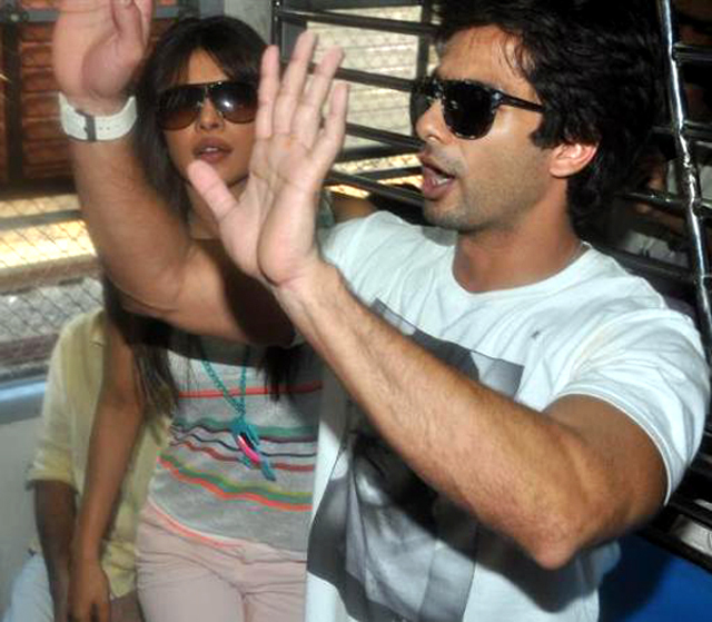 Shahid Kapoor Priyanka Chopra Travelling in Mumbai local train between Marine Lines and Churchgate Railways Station Photo