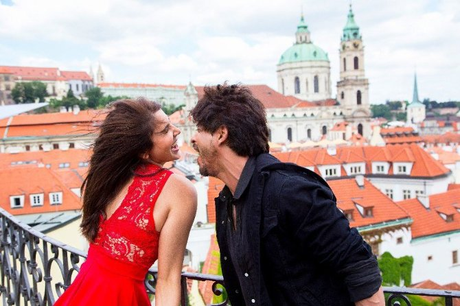 Anushka Sharma and Shah Rukh Khan Jab Harry Met Sejal Movie Stills  2