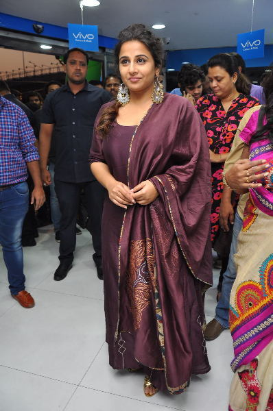 Vidya Balan at Yes Mart in Hightech City  Madapur  Hyderabad to Promote Kahaani 2 Moive  12