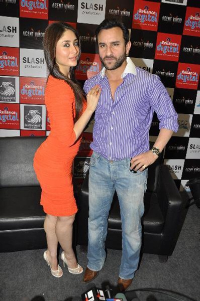 Kareena Kapoor super hot figure posing with Saif Ali Khan at film AGENT VINOD promotions Photo
